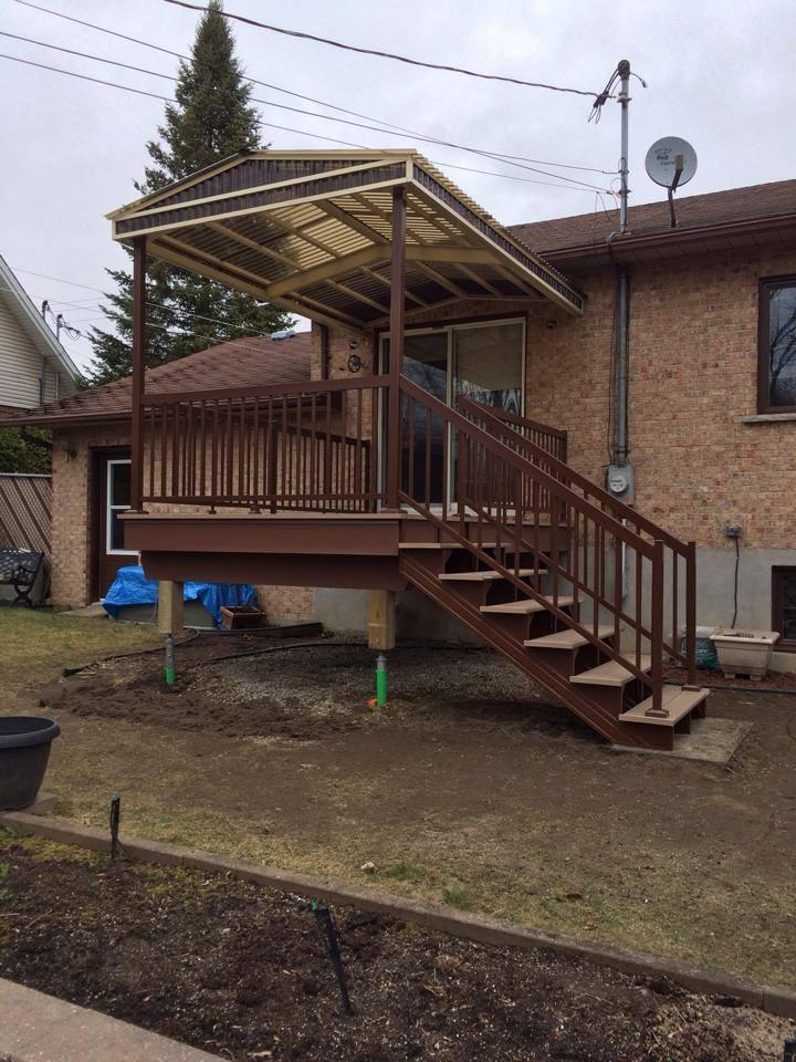 balcon en bois foncé