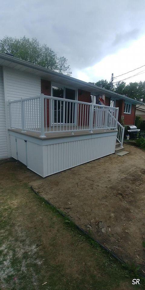 balcon blanc devant maison
